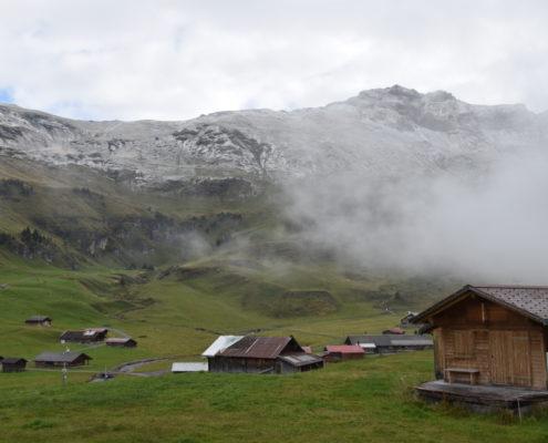 Der Nebel schleicht um die Berge